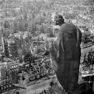 Dresden, 1945, view from the city hall over the destroyed city (Richard Peter/ Deutsche Fotothek)