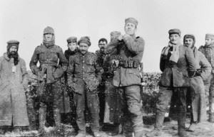 German soldiers with men of the Royal Warwickshire Regiment in no man's land, Christmas 1914. (Credits: Imperial War Museum)