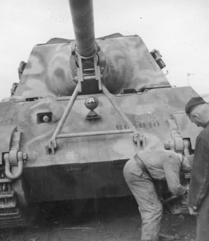 Jagdtiger with zimmerit of the schwere Panzer Jager Abteilung 653. Tactical number 301