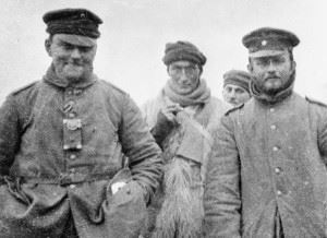 Two German officers with Private Turner of the London Rifle Brigade photographed during the fraternising, Christmas Day 1914 (Credits: Imperial War Museum)