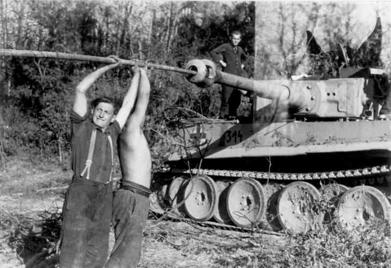 Russia, a Panzer crew is cleaning their Tiger 's cannon.