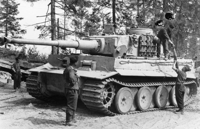Soviet-Union near Ladogasee a Tiger I of schwere Panzer-Abteilung 502 receives new ammo.