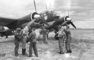 A Junkers 88 A-1, of Kampfgeschwader 51 with its crew in 1940. (Credits: Bundesarchiv)