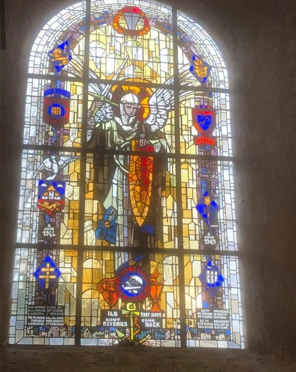The most striking feature of the church is the beautiful memorial stained glass window, commemorating the events of 6 June 1944 and the liberation of the town from the German occupation forces.