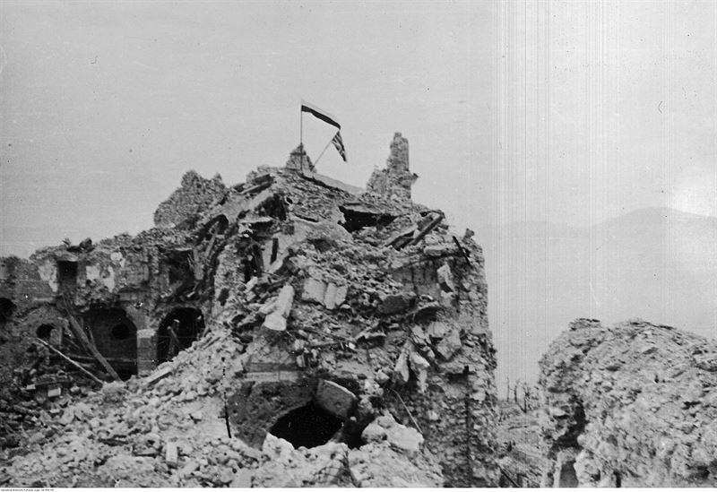 Флаг союзников на захваченном Монте-Кассинно.  Вторая мировая война в Средиземноморье.