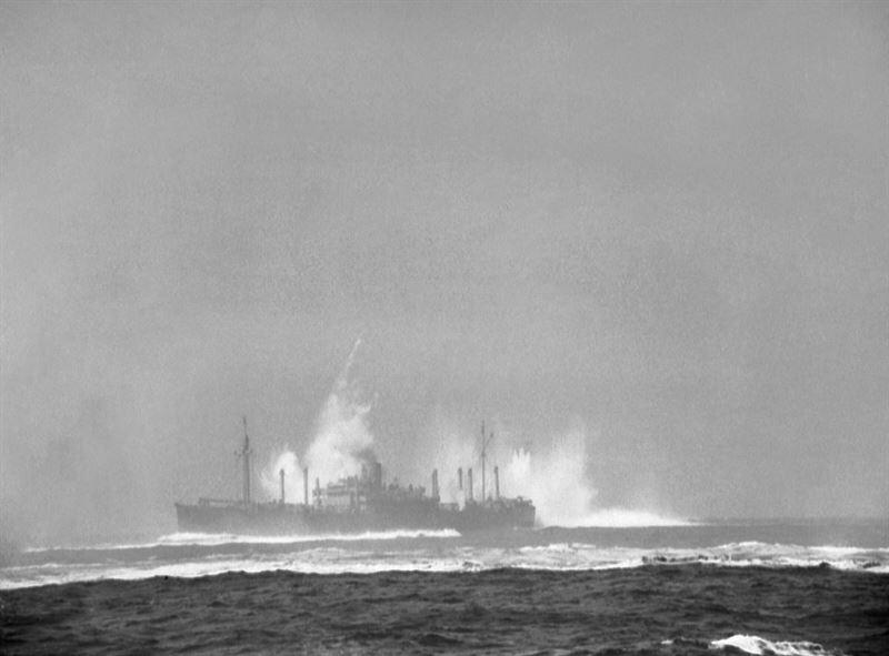 Корабль союзников в операционном постаменте конвоя