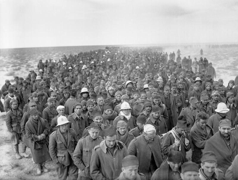"""Пленные итальянские солдаты после операции """"Компас"""". Вторая мировая война в Средиземноморье"""
